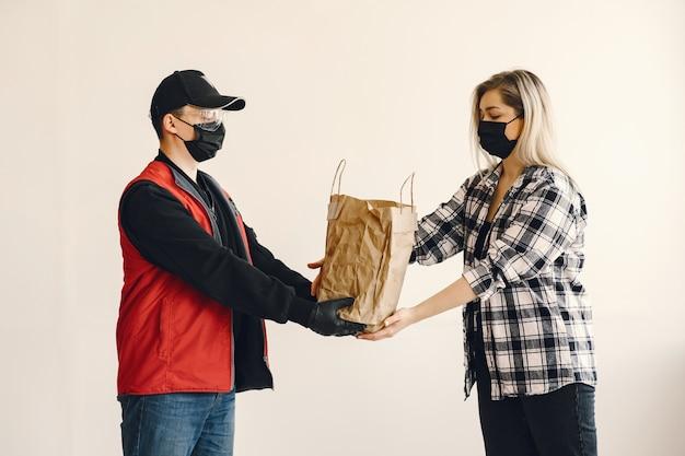 Доставка человек в маске медик с женщиной Бесплатные Фотографии