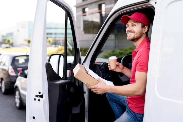 Доставка человек в машине с кофе Бесплатные Фотографии