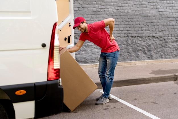 Доставка человек погрузки автомобиля с пакетом Бесплатные Фотографии