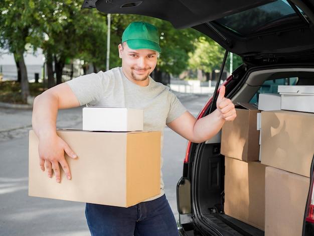 Uomo di consegna che mostra approvazione Foto Gratuite