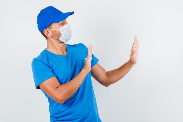 Доставщик, показывающий жест отказа в синей футболке Бесплатные Фотографии