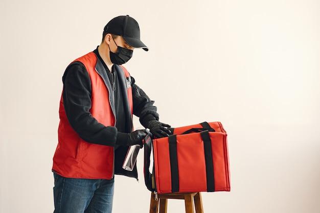 Доставка человек спрей дезинфицирующее на коробке Бесплатные Фотографии