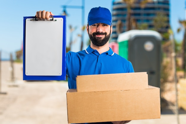 Delivery man with folder Free Photo