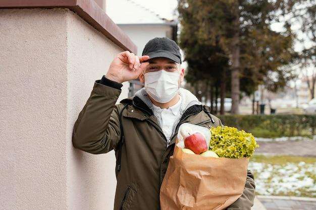 食品パッケージを持つ配達人 無料写真
