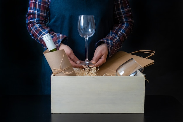 Служба доставки упаковка сумка коробка упаковщик доставка бокалы сомелье Premium Фотографии