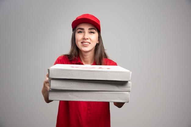 ピザの注文を手放す出産女性。 無料写真