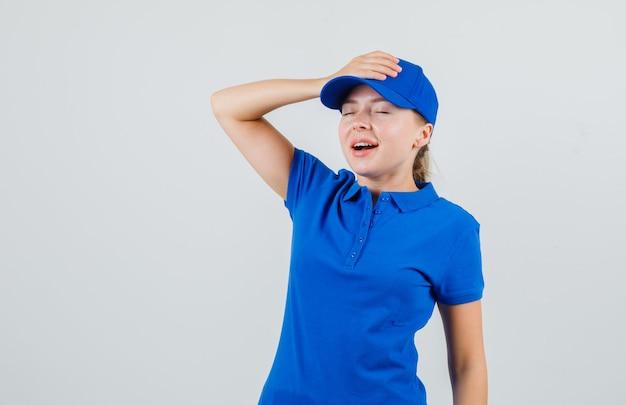 青いtシャツの彼女のキャップに手をつないで、希望に満ちた出産の女性 無料写真