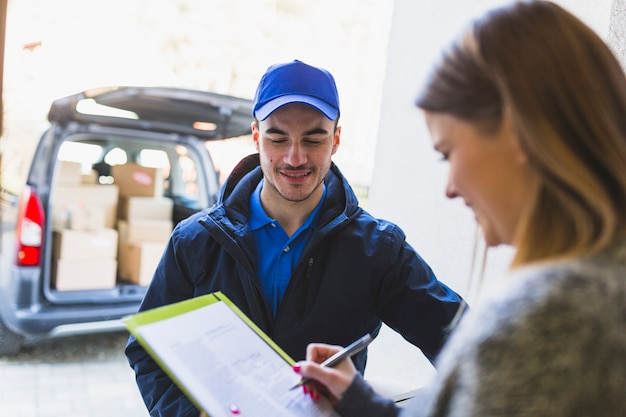 Deliveryman talking to client Free Photo
