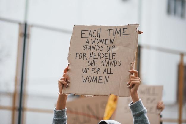 Демонстрация идет. группа женщин-феминисток протестует на открытом воздухе за свои права Бесплатные Фотографии