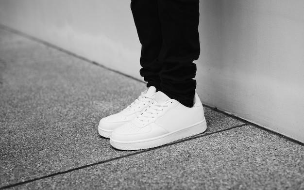 Denim e sneakers in stile street Foto Gratuite