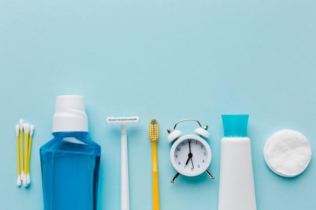 歯の洗口と目覚まし時計 無料写真