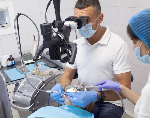 Стоматологическая процедура в стоматологической клинике Premium Фотографии