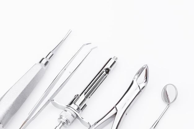 Стоматологические инструменты и оборудование на белом фоне. Бесплатные Фотографии
