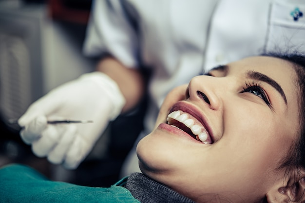 The dentist examines the patient's teeth. Free Photo