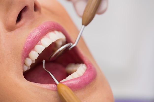 Стоматолог, изучение женских зубов пациента Бесплатные Фотографии