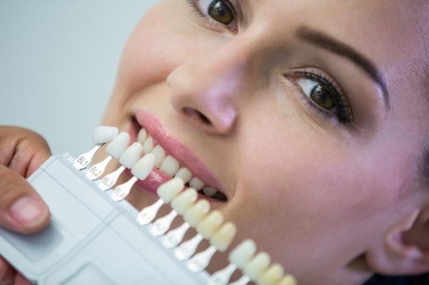 Стоматолог, осмотр пациентки с оттенками зубов Бесплатные Фотографии