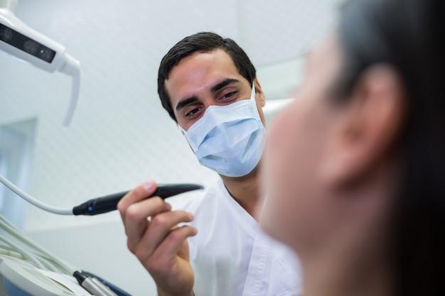 歯科医が女性患者を調べる 無料写真