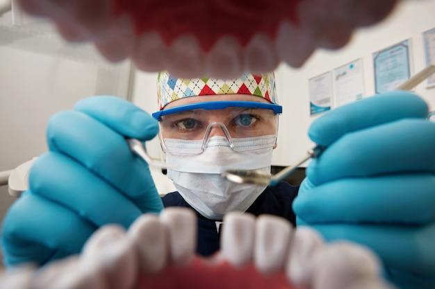 환자의 입을 검사하는 치과 의사 무료 사진