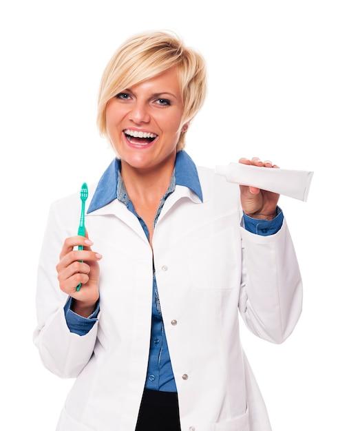 Стоматолог рекомендует чистить зубы каждый день Бесплатные Фотографии