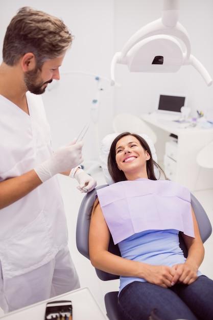 Стоматолог с улыбкой пациентки Бесплатные Фотографии