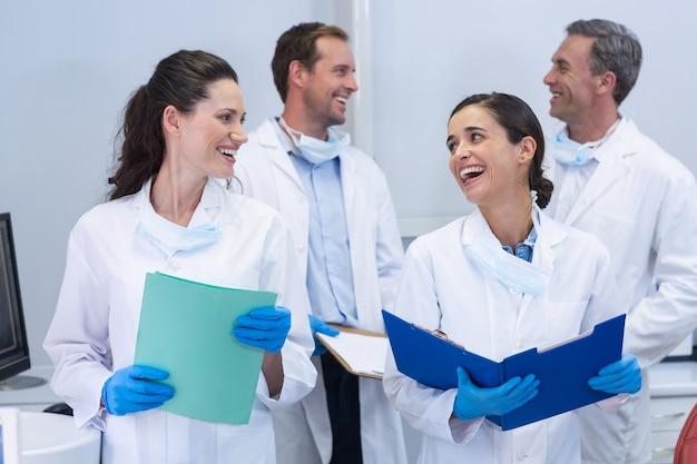 互いに相互作用している歯科医 Premium写真