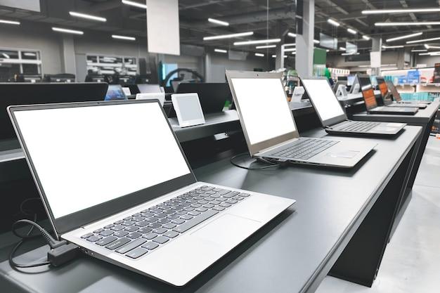 Отдел компьютеров в магазине электроники. выбор ноутбука в магазине |  Премиум Фото