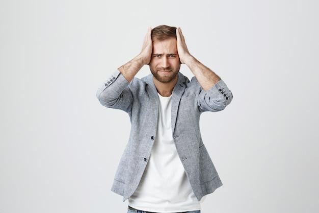 Депрессии и давления красивый парень, держась за руки на голову Бесплатные Фотографии