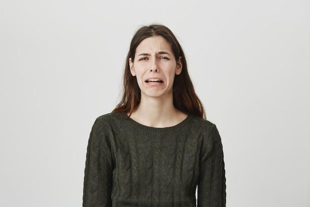 落ち込んで泣いている若い女性、悲しみを感じる 無料写真