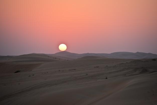 Дюны пустыни в лива, абу-даби, объединенные арабские эмираты во время заката Premium Фотографии