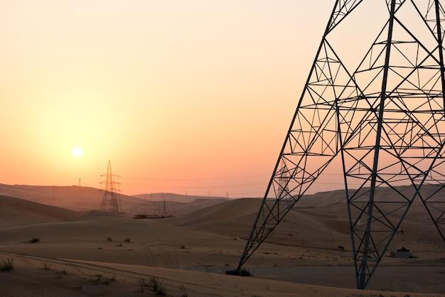 日没時のアラブ首長国連邦、アブダビ、リワの砂漠の砂丘 Premium写真
