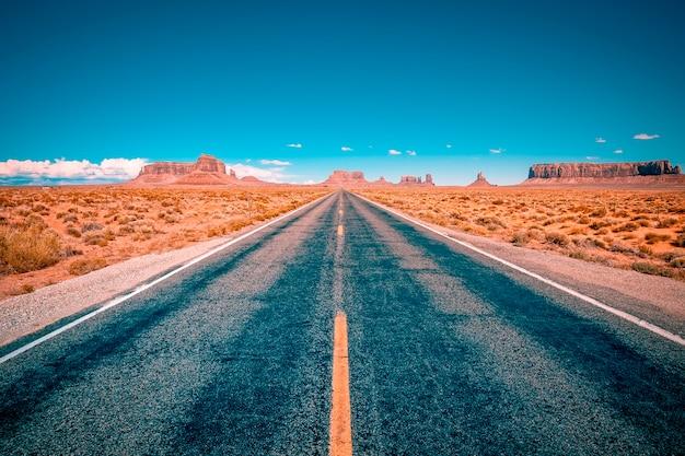 米国ユタ州モニュメントバレーに続く砂漠の高速道路 Premium写真