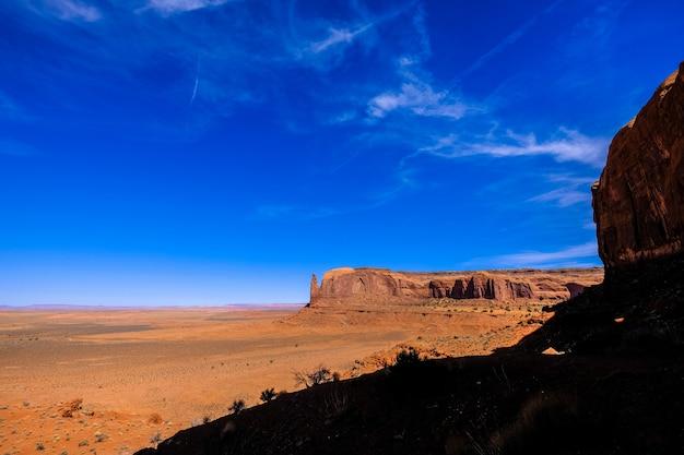 Пустыня гора на расстоянии с голубым небом в солнечный день Бесплатные Фотографии