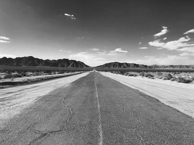 Пустынная дорога в никуда Premium Фотографии