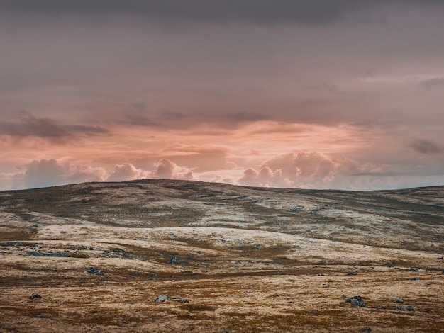 無人の焦げた谷とパステルカラーの空 無料写真
