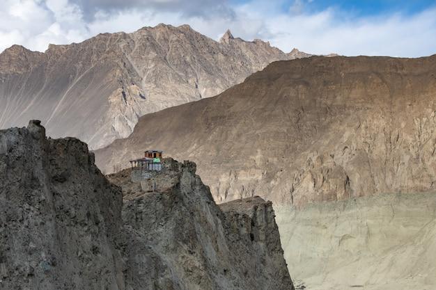 Пустынные горы возле ледника хоппер долина хунза пакистан Premium Фотографии