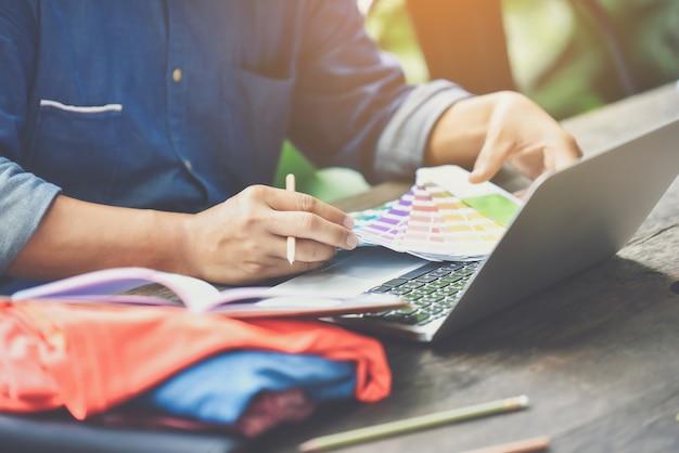 Дизайнеры работают над использованием цветов, используемых в продуктах для клиентов. Premium Фотографии