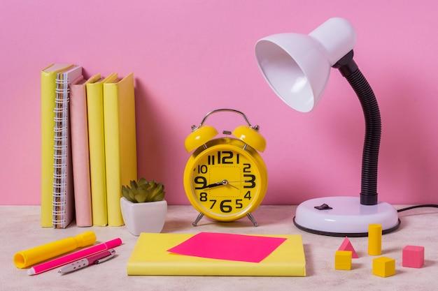 ランプと時計付きのデスクアレンジメント 無料写真
