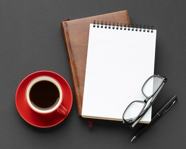 Композиция элементов стола с чашкой кофе Бесплатные Фотографии