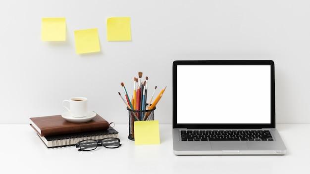 Расположение элементов стола с ноутбуком с пустым экраном Бесплатные Фотографии