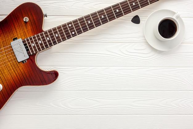 ヘッドホンとギターをセットにしたソングライター作品のミュージシャンデスク Premium写真