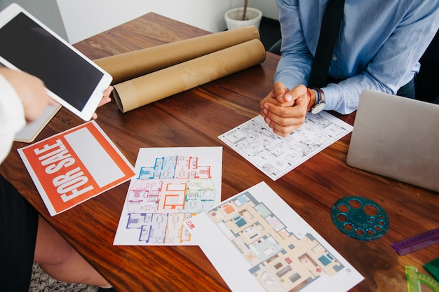 Desk of real estate agent Free Photo