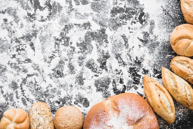 Desktop con pagnotte di pane Foto Gratuite