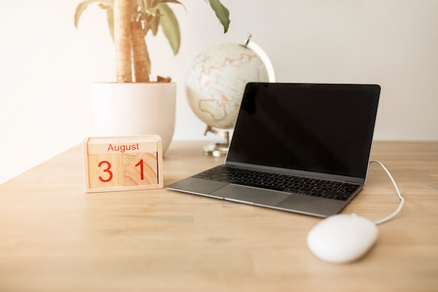 Desktop with laptop Free Photo