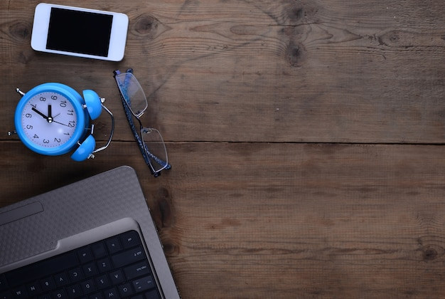 Desktop с часами смартфон и ноутбук Бесплатные Фотографии
