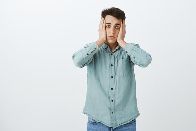 Studente maschio stanco disperato in camicia casual Foto Gratuite