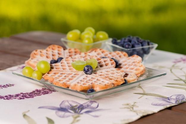 Десерт из вафель с фруктами Бесплатные Фотографии