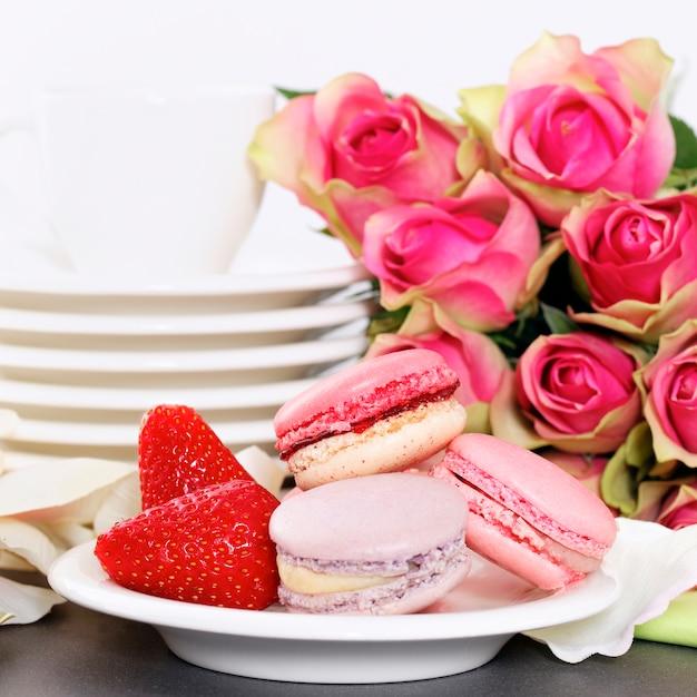 バレンタインのデザートには、マカロン、コーヒー、イチゴが含まれます 無料写真