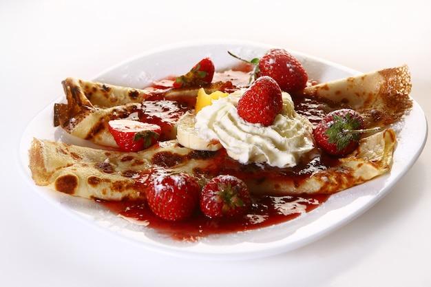 Dessert plate witn pancakes and strawberry Free Photo