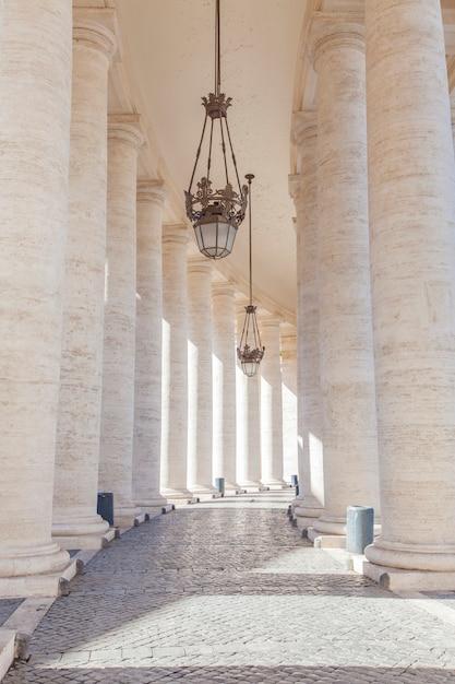 バチカン市国のサンピエトロ広場(サンピエトロ広場)の列柱からの詳細 Premium写真
