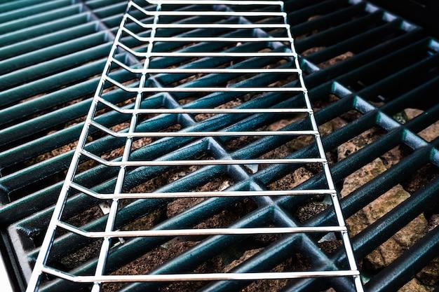 屋外グリルを作るための、組み立て中の金属製バーベキューの詳細。 Premium写真